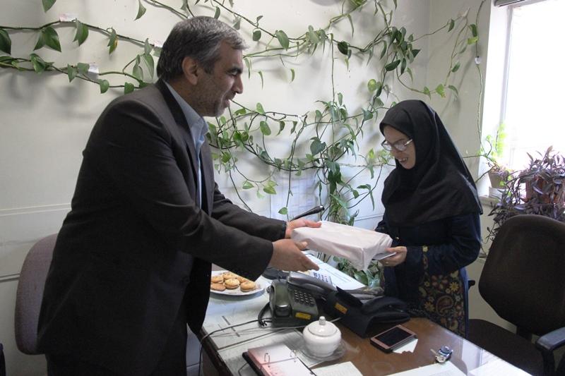 قدردانی از کارمند روشندل برق منطقهای یزد در روز عصای سفید